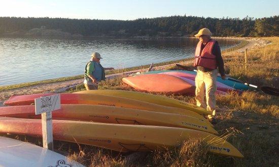 MacKaye Harbor Inn: The inn's kayaks ready for use