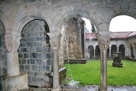 Saint-Bertrand-de-Comminges, Francia: Patio interior visto desde la galeria