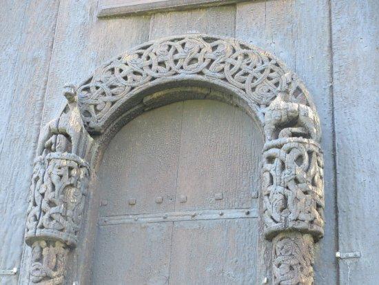 Carvings over door bild från lom stave church