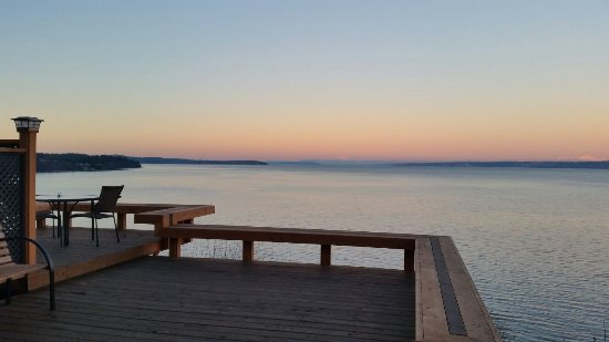 Skiff Point Guest House: Beautiful vies from the large deck at Sunrise.  Deck was re-done recently.  Absolutely spectacul