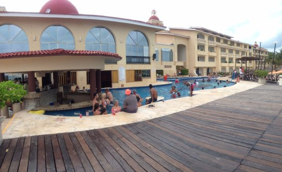 All Ritmo Cancun Resort & Waterpark: The pool with really customers