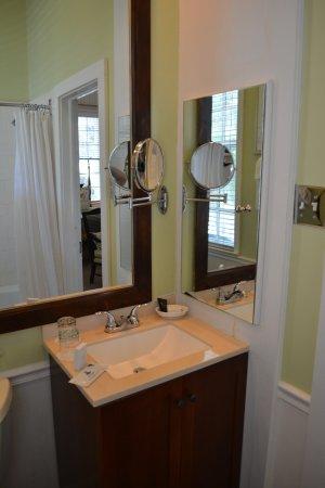 The Rhett House Inn: bathroom room #3