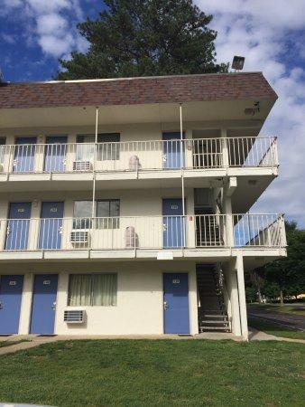 Motel 6 Williamsburg : Hotel exterior and room