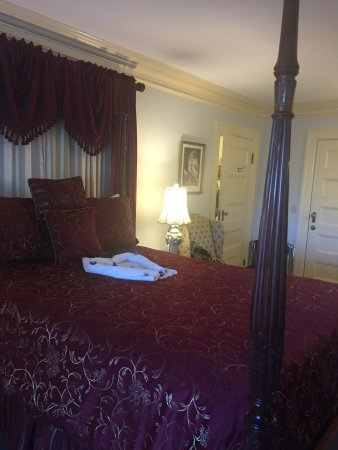 Thornhedge Inn: Photos from our stay in the Stanwood room, June 2016. This room includes private access to the b