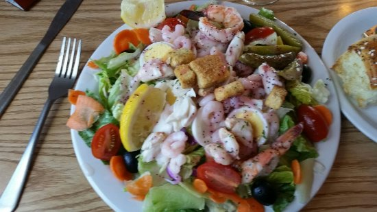 Boondocks Restaurant: shrimp salad... 2 BIG shrimps, about a cup of salad shrimps and a few pieces of crab on crispcol