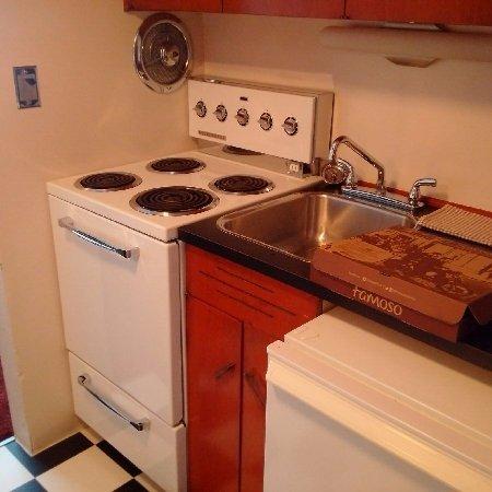 Surf Motel: Functional kitchen.