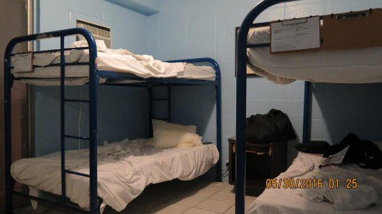 Waikiki Beachside Hostel: 4-bed rooms inside.