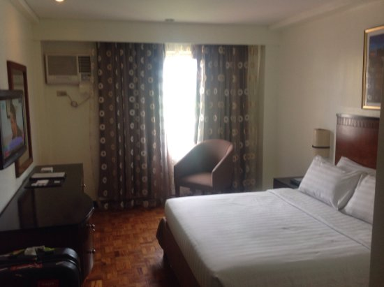 Fersal Hotel Neptune Makati: Very tired old room either furnishings new in 1970's or going for the retro look