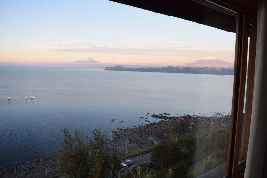 Hotel Cumbres Puerto Varas: Vista de los volcanes Osorno (izquierda) y Calbuco (derecha). Bellos!