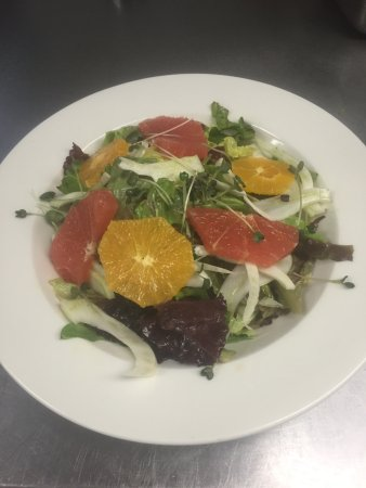 Meaford, Canadá: Summer Salad special with fennel oranges grapefruit in a citrus vinny , and all local lettuce.