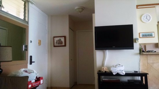 Kamaole Nalu Resort: Entry door on left, Hall leads to 2nd bedroom, laundry behind TV