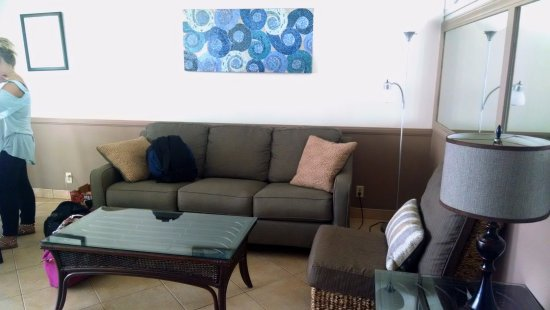 Kamaole Nalu Resort: Living room. Mirrors on left wall.