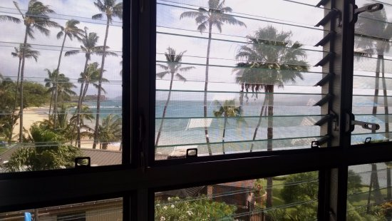Kamaole Nalu Resort: Wall of master bedroom windows