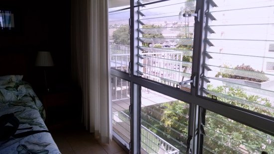 Kamaole Nalu Resort: Same wall of windows...ah the fresh air!!!