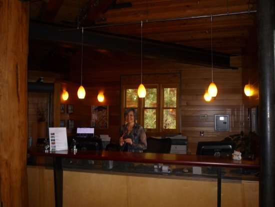 The Cedar House Sport Hotel: Registration desk with owner Patty :)