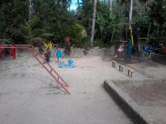 Abuyog, Filippinene: Children's sandbox bseide the overnight rooms.