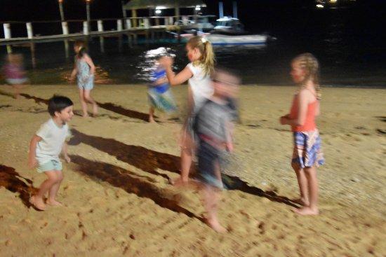 مالولو آيلاند ريزورت: Kids beach run at night