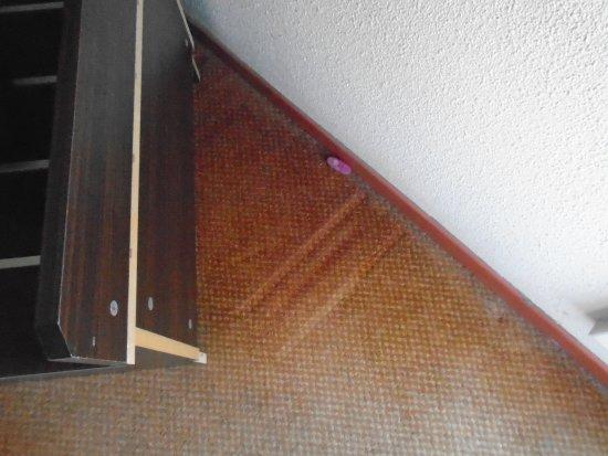 Hôtel balladins Arles : du savon au sol avec la poussière derrière le meuble