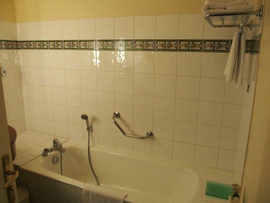 Hôtel des Trois Fontaines : Large soaking bathtub and handshower