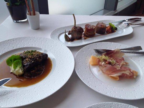 Aurora Restaurant: 蜜瓜火腿酥皮盒, 慢煮牛面肉(很軟很好吃!), 烤羊架
