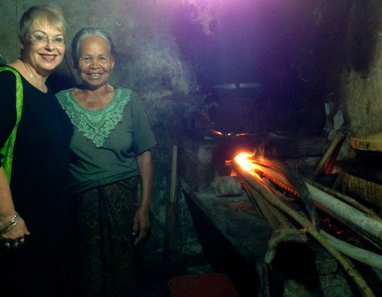 Bali Homestay: Visiting neighbouring family with traditional kitchen