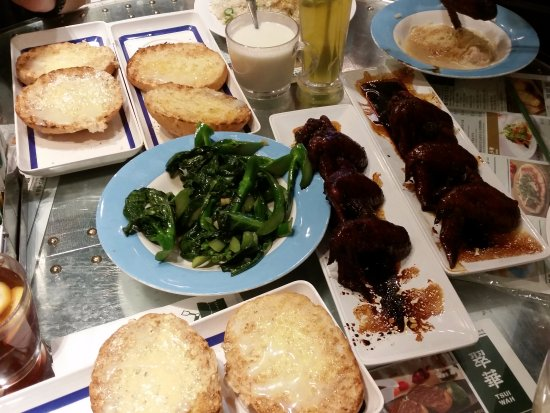 Tsui Wah Restaurant: Condensed milk buns and chicken wings