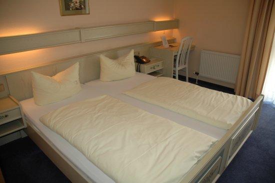 Walluf, Германия: Ein Gästezimmer der mittleren Kategorie im hellen Landhausstil