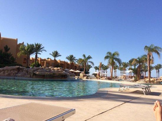 Stella Di Mare Beach Resort & Spa Makadi Bay: Une partie de la grande piscine avec une des deux cascade