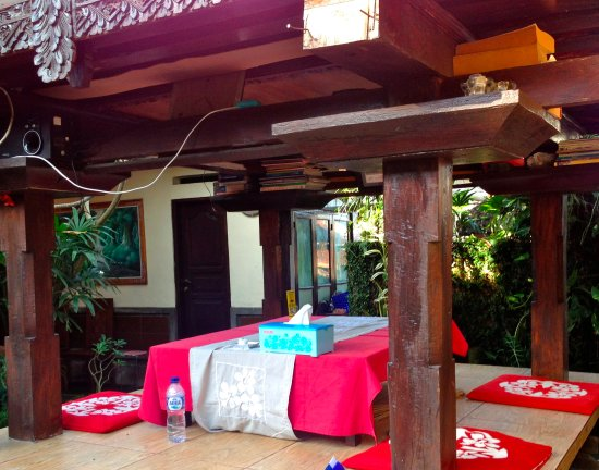 Bali Homestay: Bale for meals and relaxing in garden environment
