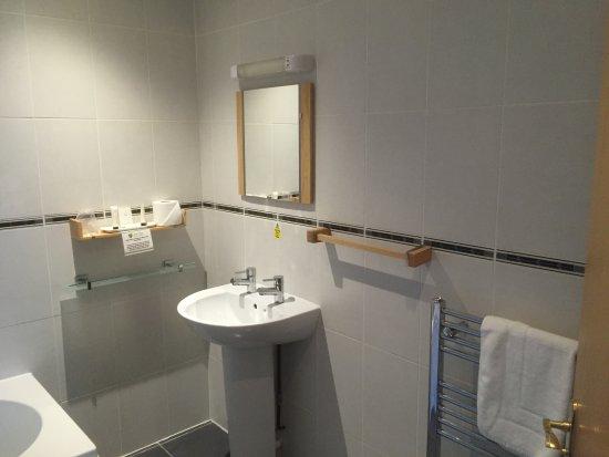 Bells Hotel and the Forest of Dean Golf & Bowls Club: Hotel bathroom