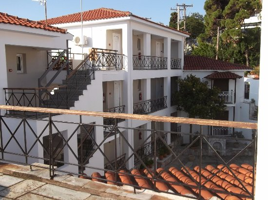 Ionia Hotel Skopelos: View from the top into the courtyard