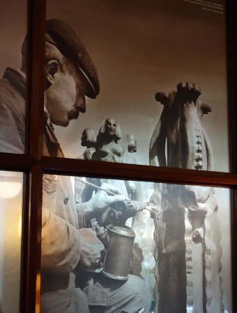 """Scheepvaarthuis: Glass with picture of """"plumber"""" making the lead roof"""