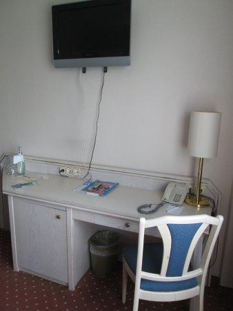 TRYP by Wyndham Ahlbeck Strandhotel: Schreibtisch mit TV-Gerät