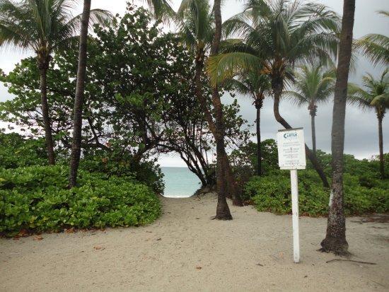 ديزاين سويتس آت كاسل بيتش: Passagem do hotel para a praia