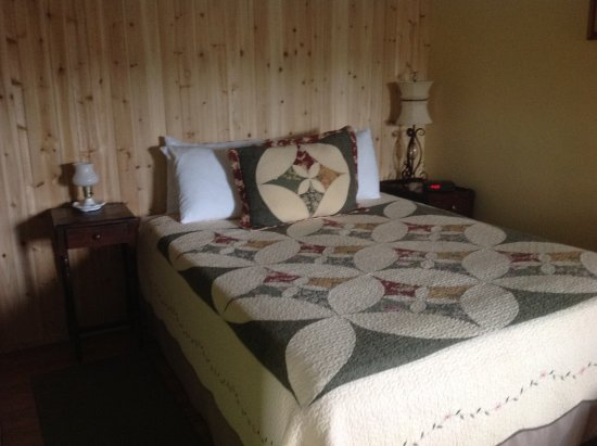 Valley Brook Cottages: Cabin 7 queen bed