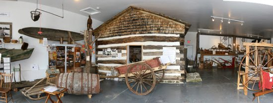Lanark, Kanada: Museum displays include a furnished settler's cabin, horse drawn hears and a 1918 pick-up truck.