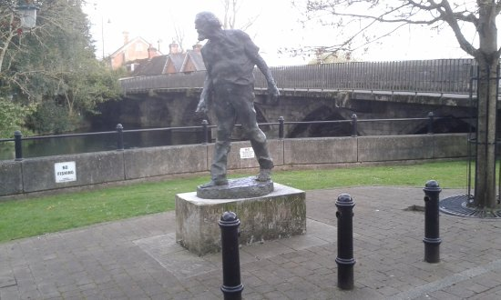 Fordingbridge, UK: Statue by the river