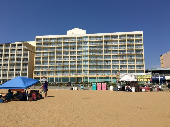 Fairfield Inn & Suites Virginia Beach Oceanfront: Looking back at the Hotel from the beach