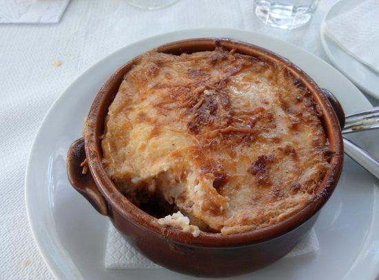 taverna lolos il moussak piatto tipico della cucina greca affine alla parmigiana di melanzane