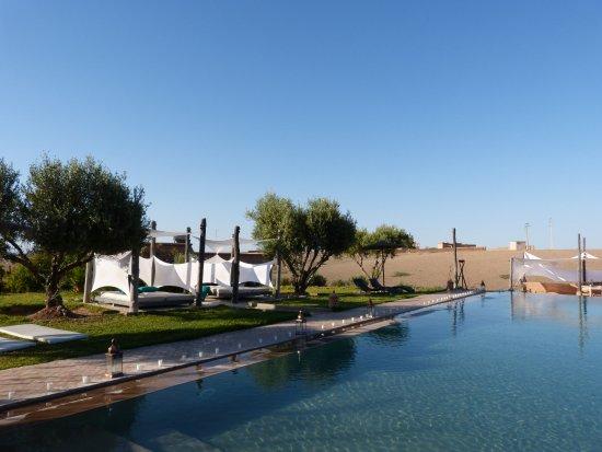 Oumnass, Morocco: bougies autour de la piscine