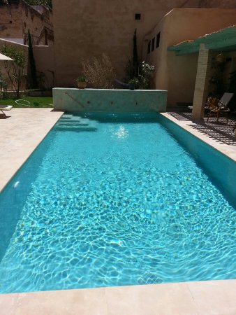 Riad Laaroussa Hotel and Spa: farniente autour de la piscine au riad laaroussa