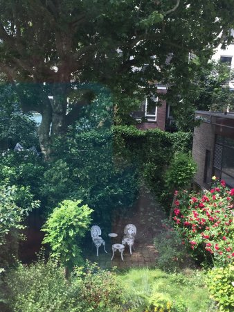 Rene & Mary's B & B: View out onto the secret garden behind the B and B. Views from the Garden Room and Zen room. The