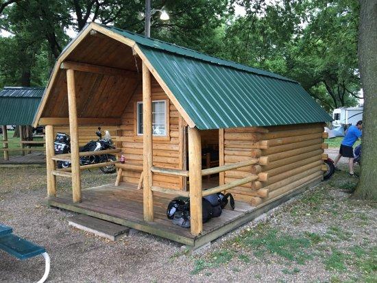 Onawa, IA: exterior of cabin