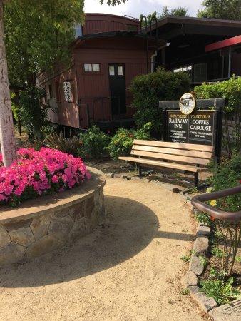 Napa Valley Railway Inn: cute little greeting area