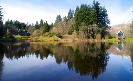 Kilchrenan, UK: The hotel and Boatshed on Loch Awe