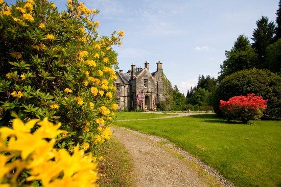 Kilchrenan, UK: Hotel exterior and gardens