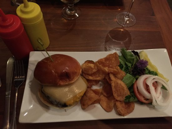 Hop's Downtown Grill: Great cheese burger with homemade chips