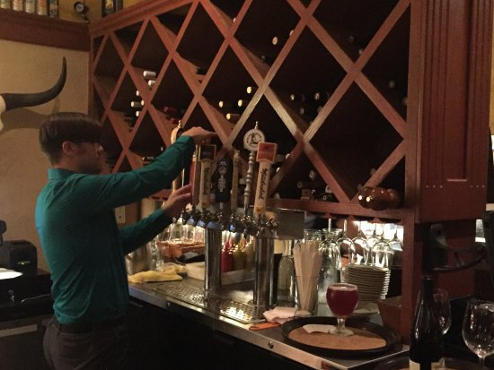 Hop's Downtown Grill: Nice selection of tap beers