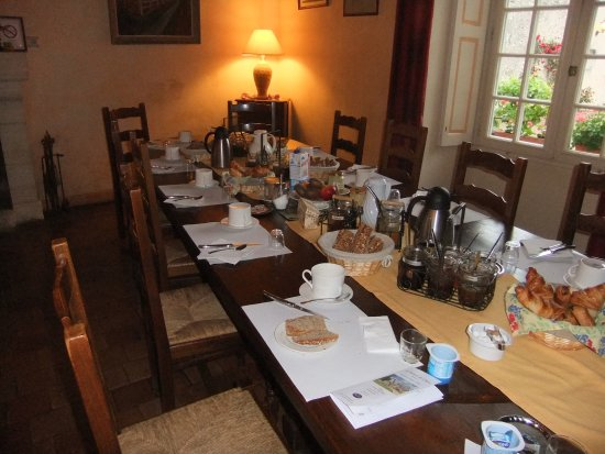 Truyes, Frankrike: all laid up for breakfast