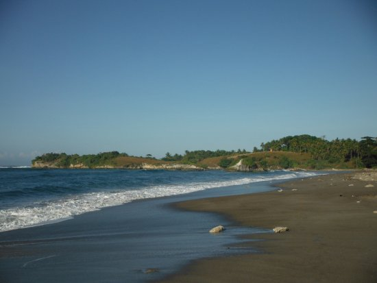Sumba, Indonesia: Kerewee beach (white sand beach over the little hill at the end)
